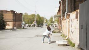 Шаловливые пары на улице в солнечном свете видеоматериал