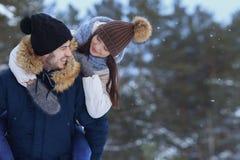 Шаловливые усмехаясь пары идя в космос экземпляра леса зимы Стоковые Изображения RF