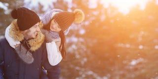 Шаловливые усмехаясь пары идя в copyspace леса зимы Стоковая Фотография
