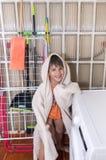 Шаловливый ребенок с купальным халатом прячет Стоковая Фотография