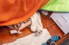 Шаловливый ребенок с купальным халатом прячет Стоковые Фото
