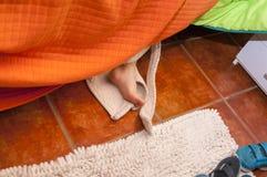 Шаловливый ребенок с купальным халатом прячет Стоковое Изображение RF