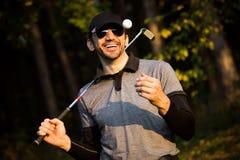 Шаловливый усмехаясь игрок в гольф стоковая фотография