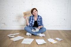 Шальная усиленная женщина с калькулятором и банком и счеты обработка документов и документы делая отечественный финансовый учет Стоковые Фото