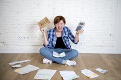 Шальная усиленная женщина с калькулятором и банком и счеты обработка документов и документы делая отечественный финансовый учет Стоковое Фото