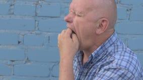 Шальной русский пожилой человек с побритой головой держит насекомое Gryllotalpidae и ест насекомое бича сток-видео