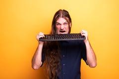 Шальной человек есть клавиатуру стоковое фото