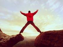 шальной человек Hiker скачет на скалистый пик Чудесное настроение в скалистых горах, Стоковая Фотография RF