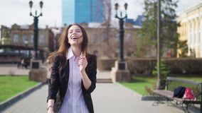 Шальные счастливые танцы коммерсантки в достижении городка улицы корпоративном празднуя видеоматериал