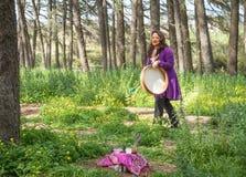 Шаман барабаня горизонтальным алтаром Стоковые Фото