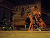 Шаман во время церемонии с традиционными одеждой и татуировками стоковая фотография rf