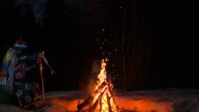 Шаман выполняет ритуал около костра в ночи видеоматериал