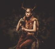 Шаман женщины в ритуальной одежде стоковое фото rf