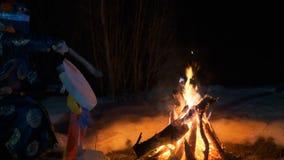 Шаман сидит вокруг огня и делает волшебный ритуал видеоматериал