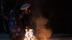 Шаман сидит огнем и пошатывает, держащ тамбурин в его руке видеоматериал