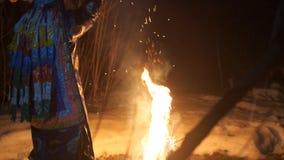 Шаман сидит огнем и пошатывает, держащ тамбурин в его руке сток-видео