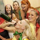 шампанское выпивая счастливых женщин стоковое изображение rf