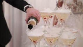 Шампанское жениха и невеста лить к пирамиде стекел акции видеоматериалы