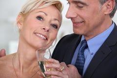 Шампанское зрелых пар выпивая Стоковое Изображение