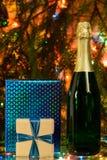 шампанское и подарок на рождественской елке Стоковое Фото