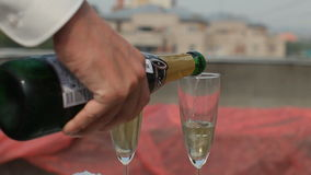 Шампанское кельнера лить в стекла с жидким азотом для партии видеоматериал