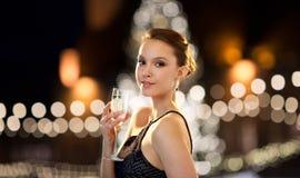 Шампанское молодой азиатской женщины выпивая на рождестве Стоковые Фотографии RF