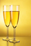 шампанское предпосылки над желтым цветом Стоковая Фотография