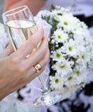 Шампанское свадьбы на цветах предпосылки Стоковые Изображения