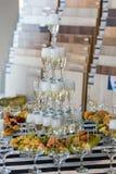 Шампанское скольжения свадьбы для жениха и невеста внутри помещения стоковая фотография