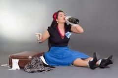 Сидя шампанское девушки pinup выпивая Стоковое фото RF