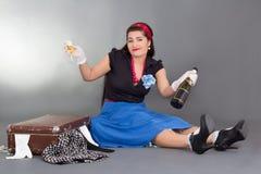 Шампанское смешной девушки pinup выпивая Стоковое Фото
