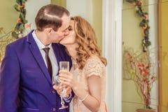 Шампанское человека и женщины целуя и выпивая Стоковое Изображение RF