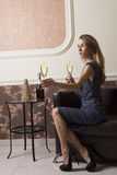 Шампанское элегантной девушки предлагая Стоковые Изображения