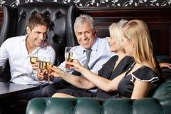 Шампанское людей выпивая на Стоковые Изображения RF