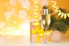 Шампань в подарке бокала, ` s Нового Года и украшенной ветви сосны Стоковое фото RF