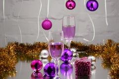 Шампань в стеклах и запачканных светах на красной предпосылке Стоковое Изображение RF