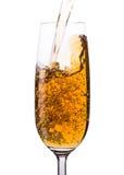 Шампань лить в стеклах стоковые изображения rf