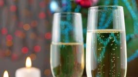 Шампань лить и пенясь в стеклах сток-видео