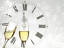 Шампань над фейерверками и часами близко к полночи Стоковая Фотография