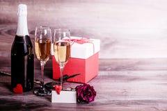 Шампань, подняла, подарок и симпатичное сообщение на таблице Стоковое Фото