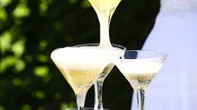 Шампань полита в пирамиду сток-видео
