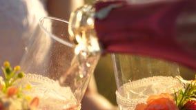 Шампань с пузырями политыми в стекло Игристое вино, белое Напиток торжества с градусами : видеоматериал