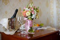 Шампань с bridal букетом как украшения свадьбы Стоковое Фото