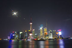 ШАНХАЙ - горизонт в ноче, Китай NOV. 15,2013 Шанхая, бунд в Шанхае стоковое фото rf