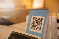 ШАНХАЙ, КИТАЙ - МАЙ 2018: Оплата кода Qr, онлайн покупки, cashless концепция технологии Магазин в торговом центре Стоковое Фото