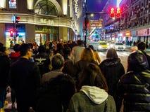 ШАНХАЙ, КИТАЙ - 12-ОЕ МАРТА 2019 – запачканная съемка движения пересекать пешеходов улица вдоль восточной дороги Нанкина Дуна Lu  стоковое изображение