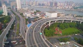 ШАНХАЙ, КИТАЙ - 5-ОЕ МАЯ 2017: Вид с воздуха соединения шоссе моста Nanpu, современной архитектуры акции видеоматериалы