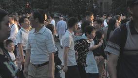 Шанхай, Китай - 31-ое октября 2018: Занятая толпить торговая улица, прогулка людей через пешеходную единственную дорогу Нанкина сток-видео