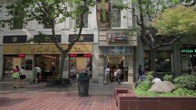 ШАНХАЙ, КИТАЙ - 10-ое сентября 2013: Взгляд занятой торговой улицы дороги Нанкина в Шанхае, Китае видеоматериал