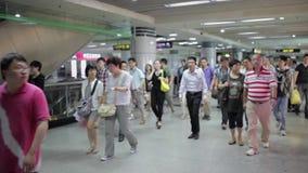 Шанхай, Китай - 6-ое сентября 2013: Регулярные пассажиры пригородных поездов на их пути работать видеоматериал